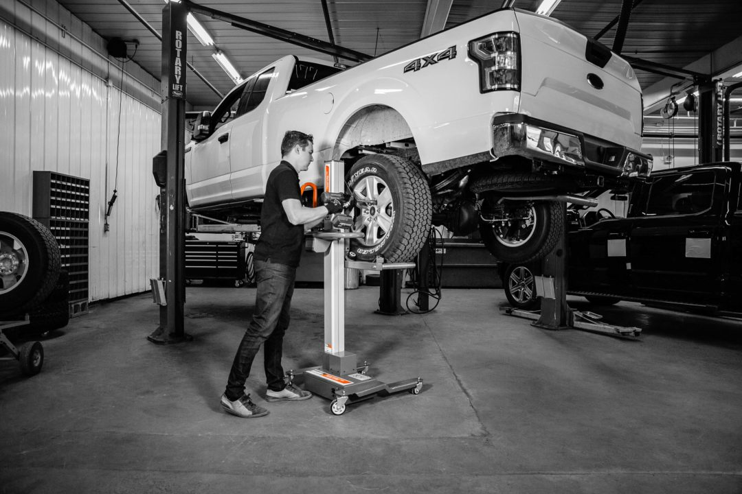 Power Lifter Lifts SUVs and Pickup Truck Wheels
